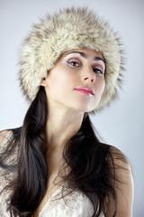 Zalotna młoda dziewczyna w czapce z futra