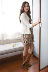 Modelo abriendo armario