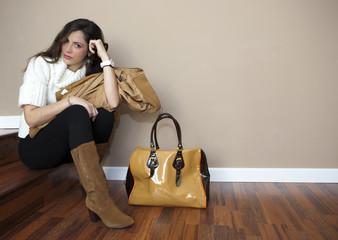 Modelo posando con bolso