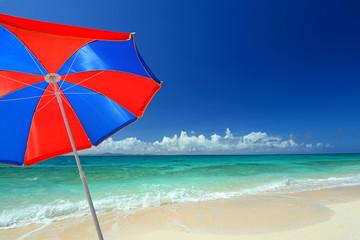 真夏の綺麗なビーチとパラソル