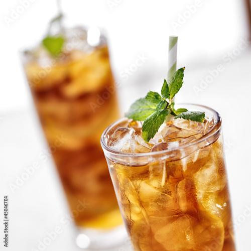 mrozona-herbata-z-dodatkami-miety-i-plasterkami-cytryny