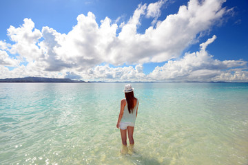 海水浴を楽しむ女性
