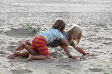 2 Kinder am Strand
