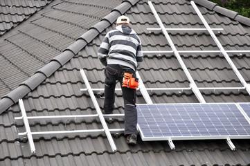 Solaranlage wird aufs Dach montiert
