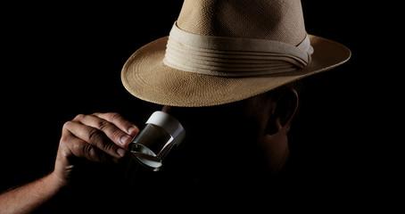 Mann mit Panamahut trinkt Espresso - lowkey