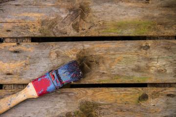 Borstenpinsel auf Holzkiste 3