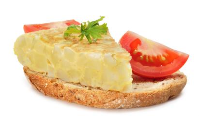 Rebanada de pan con tortilla y tomate.