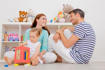 glückliche familie zuhause