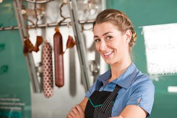 Verkäuferin oder Metzgerin in einer Fleischerei