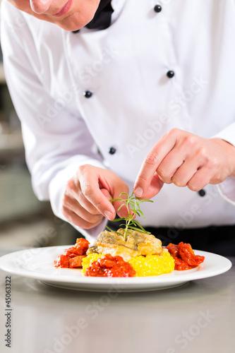 Köchin in Restaurant oder Hotel Küche beim kochen