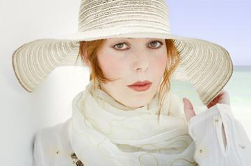 Mujer de blanco con pamela
