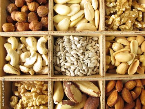 Nüsse im Holzkasten