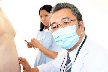 肥満患者を診察する医師
