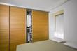 moderna camera da letto con armadio di legno