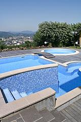 piscina scoperta moderna