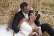 couple de jeunes mariés dans les foins