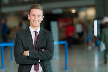Junger Business-Mann mit verschränkten Armen