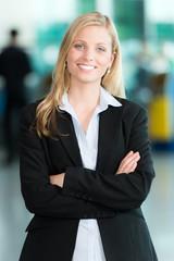 Lächelnde Business-Frau verschränkt die Arme