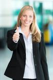Business-Frau gibt Daumen hoch