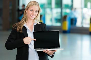 Lächelnde Business-Frau mit Laptop