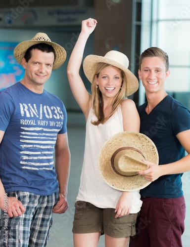 Reisende freuen sich über Urlaub