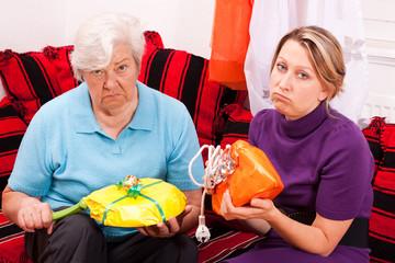 alte und junge frau bekommen unpassende geschenke 2