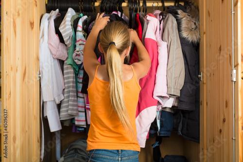 Familie - Kind vor seinem Kleiderschrank