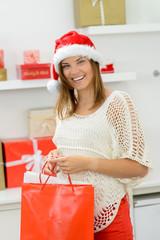 junge frau besorgt weihnachtsgeschenke