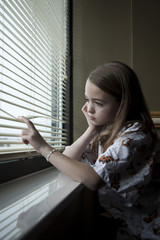 USA, Utah, Payson, Girl (8-9) looking through window