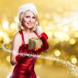 junge blonde Weihnachtsfrau mit Geschenk