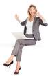 Frau sitzt mit laptop