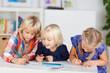 drei kinder malen zusammen