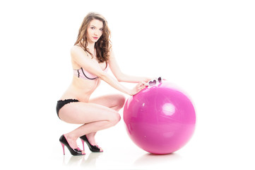 Girl in Rosa mit Wasserball