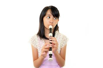 縦笛が上手く吹けず困惑した表情の女の子