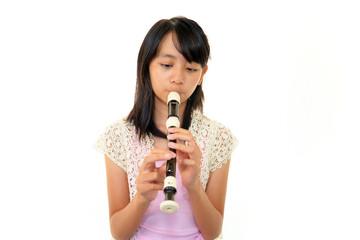 たて笛の練習をする女の子