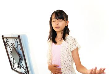 歌の練習をしている女の子