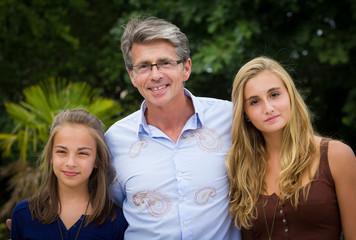 père avec ses filles