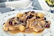 carne con funghi e uva nel piatto