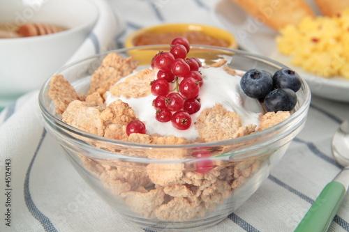yogurt con frutta e cereali