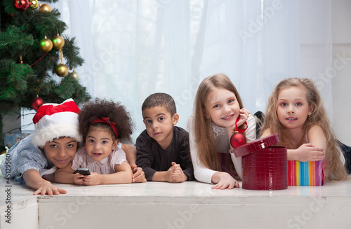 Leinwanddruck Bild Children holding Christmas gifts