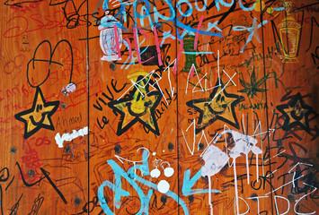 Graffiti di tre stelle gialle sorridenti, Francia