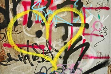 Graffiti di un cuore giallo in Francia