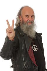 portrait d'un vieil hippie heureux