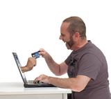 Homme effectuant un paiement en ligne