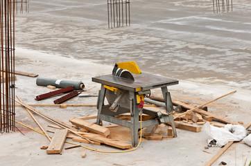 Eine Tischkreissäge auf einer Baustelle