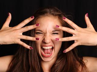 Kreischendes Mädchen mit lackierten Nägeln