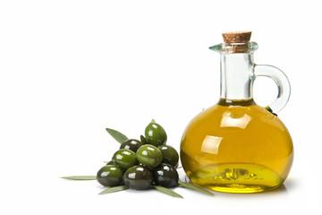 Aceitera de cristal con oliva virgen y montón de aceitunas