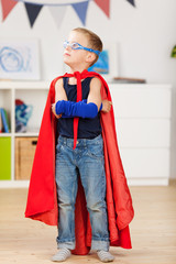 superheld im kinderzimmer