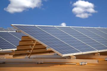 Solarzellen unter blauem Himmel