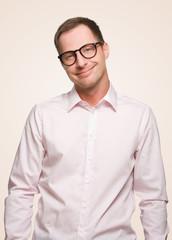 grinsender Mann mit Nerdbrille